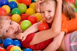 ג'ימבורי לילדים בזמן שהמבוגרים הנערים והילדים על המתנפחים